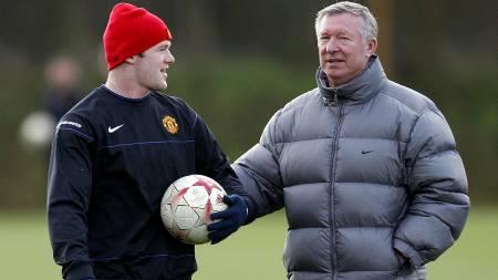 TA DET ROLIG: - Ikke mist hodet, Wayne! Det sier Ferguson foran   Arsenal-kampen. (Foto: PAUL ELLIS/AFP)