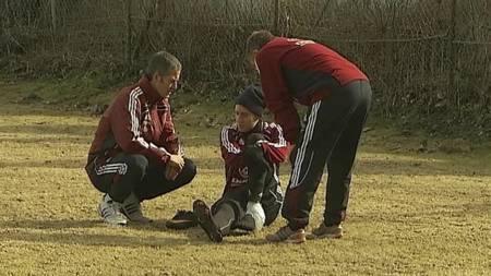 Nicklas Bendtner fikk behandling for skade på treningen. (Foto: TV 2/)