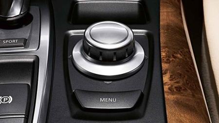 iDrive er BMW sin multifunksjonsknapp. iPod-inspirert i alt annet enn intuitiviteten.