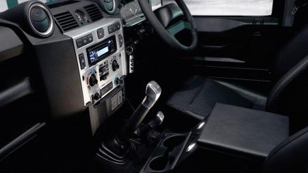 Polert aluminium er en populær effekt for å øke den opplevde kvaliteten. Her i en Land Rover Defender.