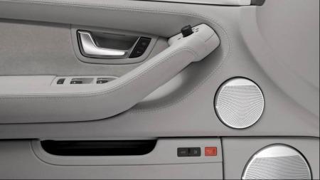 Namedropping er én måte å få opp den opplevde kvaliteten på. Det vil si å knytte eget produkt til andre eksklusive varemerker. Her er det Audi som namedropper Bang & Olufsen.