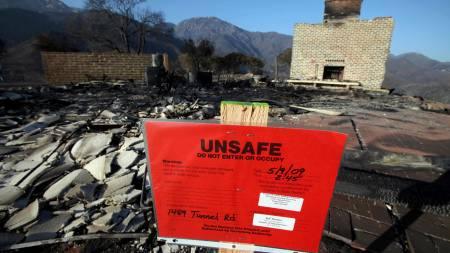 Her sto det en gang et hus - nå er det satt opp advarsler om å bevege seg på området. Nærmere 80 hus er brent ned til grunnen som følge av den omfattende brannen i Santa Barbara i California.  (Foto: Reed Saxon/AP/SCANPIX)