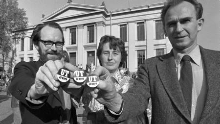 SV-politikerne f.v. Berge Furre, Berit Ås og Reidar T. Larsen før demonstrasjonstoget i Oslo i forbindelse med NATOs ministerrådskonferanse som åpner i Oslo.  De har buttons med teksten Ut av NATO.  (Foto: Jensen, Oddvar Walle/SCANPIX)