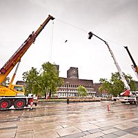 HØYT: Linen ble spent opp 25 meter over Rådhusplassen i Oslo.   Fryktelig høyt!