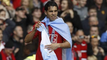FEIRER SERIEGULLET: Å feire seriegullet kan være en av de siste tingene Carlos Tevéz gjør som United-spiller.  (Foto: Jon Super/AP)