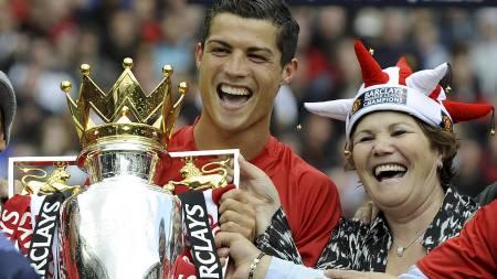 FEIRET MED MAMMA: Cristiano Ronaldo feiret med mamma Dolores.   (Foto: ADRIAN DENNIS/AFP)