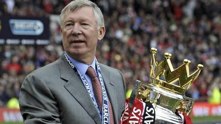 GULL - IGJEN: Sir Alex Ferguson med   beviset (Foto: ADRIAN DENNIS/AFP)