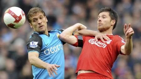 SKREV UNDER: Stiliyan Petrov (til venstre) tar fire nye år i Aston Villa. På bildet er han i duell med Liverpools Xabi Alonso.  (Foto: PAUL ELLIS/AFP)