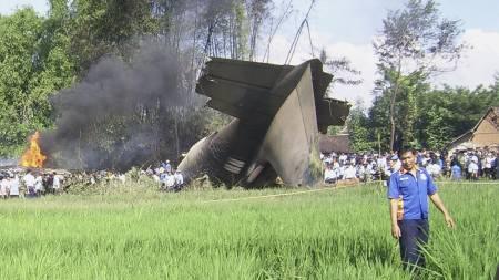 Flyhalen er det eneste gjenkjennelige som er igjen etter Herkulesflyet som styrtet på Java onsdag morgen.  (Foto: NAUFAL/AFP)