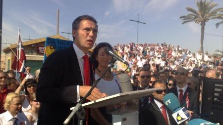 Statsminister Jens Stoltenberg holdt tale for nordmennene i Torrevieja i Spania.  (Foto: Frode Hoff / TV 2)