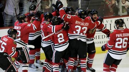 Chicago Blackhawks spillerne jubler etter seieren over Red Wings.  (Foto: FRANK POLICH/REUTERS)