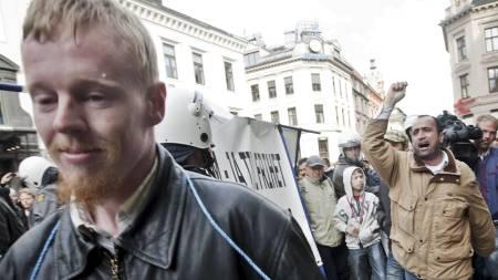 DEMONSTRASJON: Leder i Norgespatriotene, Øyvind Heian, holdt en motdemonstrasjon på Egertorget i Oslo da en markering mot muslimhets i Norge passerte fredag ettermiddag.  (Foto: Lien, Kyrre/SCANPIX)
