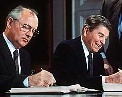 Mikhail Gorbatsjov inngikk flere viktige nedrustningsavtaler med USA og NATO-landene.