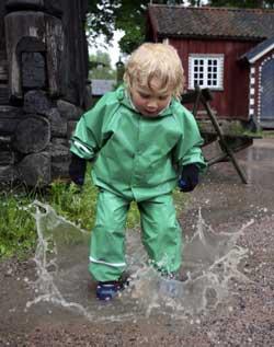 Noen bryr seg verken om å løpe eller gå ut av regnet. (Foto: Lise Åserud / Scanpix)