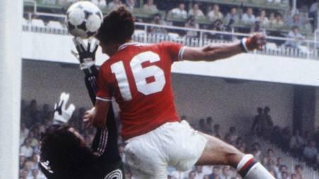 I AKSJON: Bryan Robson i aksjon for England under VM i 1982.  (Foto: Scanpix/AFP)