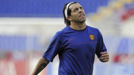 BLIR? Carlos Tevez kan bli værende i Manchester United.  (Foto: MANU FERNANDEZ/AP)