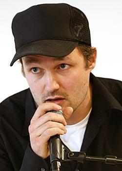 TISS OG BÆSJ-TEATER: Vegard Vinge regisserer Festspill-versjonen av «Vildanden». (Foto: Lise Åserud)