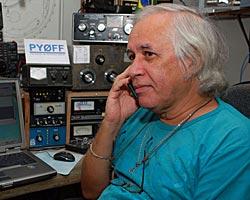 Radioamatøren Andre Sampaio fanget opp og spilte inn radiosamtalen   der piloter på et Herculesfly og et P90 radarfly tirsdag fortalte om   vrakfunnet. (Foto: Marcelo Jorge Loureiro)