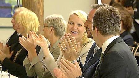 Kronprinsparet var blant de som lot seg imponere av talen til Hermann (13). (Foto: TV 2)