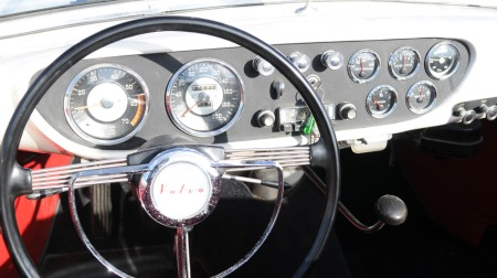 Fyldig instrumentering og original radio i P1900 (Foto: Minstemann)