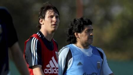 PÅ TRENING: Messi og Maradona på Argentinas landslagstrening  (Foto: CEZARO DE LUCA/EPA)