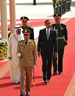 Saudi-Arabias kong Abdullah bin Abdul Aziz al-Saud og Barack Obama under velkomstseremonien i Riyadh onsdag. (Foto: Mandel Ngan)