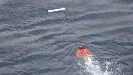 En dykker fra den franske marinen på vei for å hente en vrakdel   fra Air France 447. (Foto: Frankrikes forsvarsdepartement/AP)