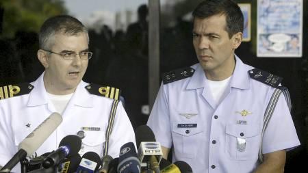 PRESSEKONFERANSE: Marineoffiser Gilcemar Tabosa og offiser Henry Nunhoz i luftforsvaret, fortalte søndag at ytterligere tre døde har blitt funnet etter Air France-ulykken.  (Foto: STR/AFP)