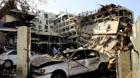 ØDELEGGELSE: En del av hotellet er fullstendig ødelagt, og minst tre mennesker er savnet.  (Foto: Mohammad Sajjad/AP)
