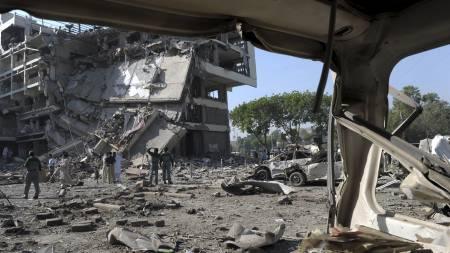 REDNINGSARBEID: Onsdag jobbes det med å finne personer som kan ligge i ruinene av Pearl Continental.  (Foto: TARIQ MAHMOOD/AFP)