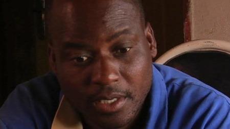 Den tidligere politiske fangen Regis Mujeye fortel at han vart slått med jernrør i fengselet.