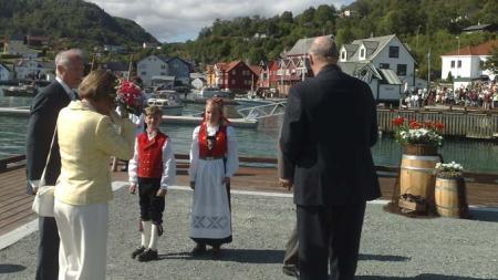 Camilla Helgesen (9) og Sjurd S. Pedersen (9) ga blomster til kongeparet da de kom i land i Våge på Tysnes tirsdag.  (Foto: Klaus Holthe/ TV2)