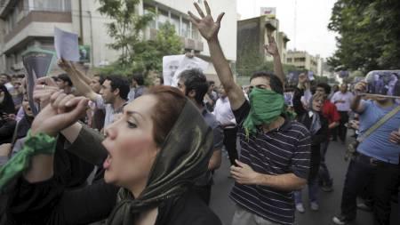 Tilhengere av Mir Hossein Mousavi har samlet seg i gatene i Irans hovedstad for å protestere mot valgresultatet.  (Foto: Ben Curtis/AP)