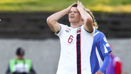 John Arne Riise fortviler i 0-2-tapet for Island, som var hans   landskamp nummer 105. (Foto: SCANPIX/)