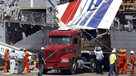 Halefinnen til det havarerte Air France flyet fraktes i land.   51 mennesker er funnet etter flystyrten. (Foto: AFP/SCANPIX)