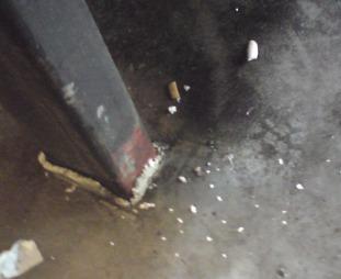 Sneiper og møkk på gulvet.