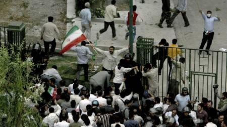 Medlemmer av den sivile paramilitære gruppen «Baseej» tar seg inn på universitetsområdet i Teheran hvor Moussavis tilhengere hadde samlet seg for å protestere mot valgresultatet.  (Foto: -/AFP)