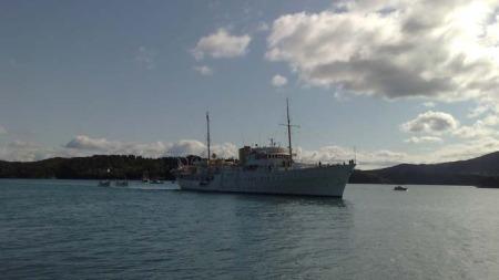 Kongeskipet Norge ble tatt imot av av flere båter da det ankret opp utenfor Våge i Tysnes.  (Foto: Klaus Holthe/ TV 2)