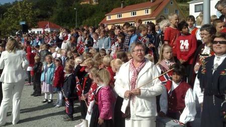 Hundrevis av  mennesker tok oppstilling gatelangs for å se kongeparet da de besøkte Våge tirsdag.  (Foto: Klaus Holthe/ TV 2)