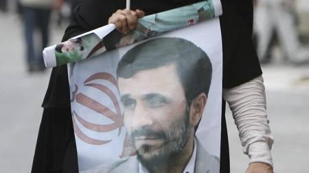 Søndag trakk flere av president Mahmoud Ahmadinejads tilhengere til gatene i Irans hovedstad Teheran.  (Foto: ATTA KENARE/AFP)