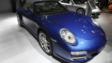 SELGER BILEN: En slik Porsche - i sort - selger nå Cristiano   Ronaldo. (Foto: JOEL SAGET/AFP)