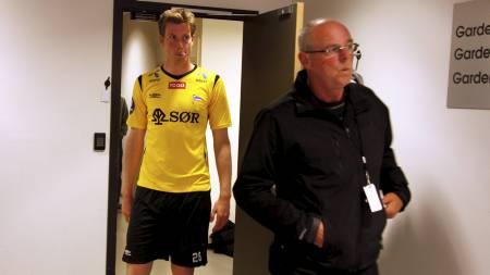 FÅR ERSTATNING: Svein Mathisen døde av kreft i 2011. Her sammen med sønnen Jesper under en cupkamp i 2009. (Foto: Schrøder, Tor Erik/NTB scanpix)
