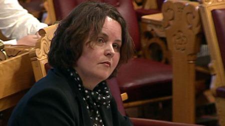 Nærings- og handelsminister Sylvia Brustad følger debatten rundt mistillitsforslaget mot henne.