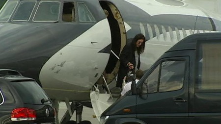 Ozzy Osbourne er klar Quart. Her ankommer han Kjevik flyplass i Kristiansand. (Foto: TV 2)