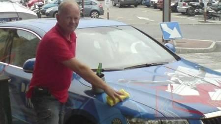 O2Mobilen er kommet til Monaco. Arne har kjørt ned med kona.   Her er det vask ved ankomst. (Foto: EIVIND HALLE/)