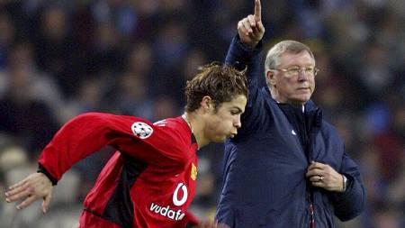 LANGT TILBAKE: Sir Alex Ferguson sender en ung Cristiano Ronaldo på banen for Manchester United i Mesterliga-kampen mot Porto i 2004.  (Foto: NICOLAS ASFOURI/AFP)