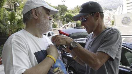 Lance Armstrong signerer skjorten til en fan i monaco  (Foto: BAS CZERWINSKI/AP)