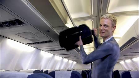 NAKEN FLYVERT viser hvordan man skal stue håndbaggasjen opp i hyllene på Air New Zealands fly.  (Foto: Air New Zealand/AP)