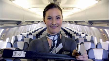 NAKEN FLYVERTINNE viser hvordan sikkerhetsbeltet skal festes.  (Foto: Air New Zealand/AP)