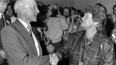 Kåre Willoch og Gro Harlem Brundtland gratulerer hverandre med valgresultatet i 1985.  (Foto: Thorberg, Erik/Scanpix)
